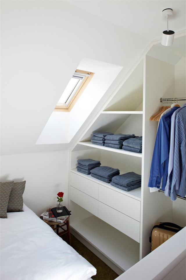 Sử dụng các kệ gỗ mở làm nơi lưu trữ quần áo.