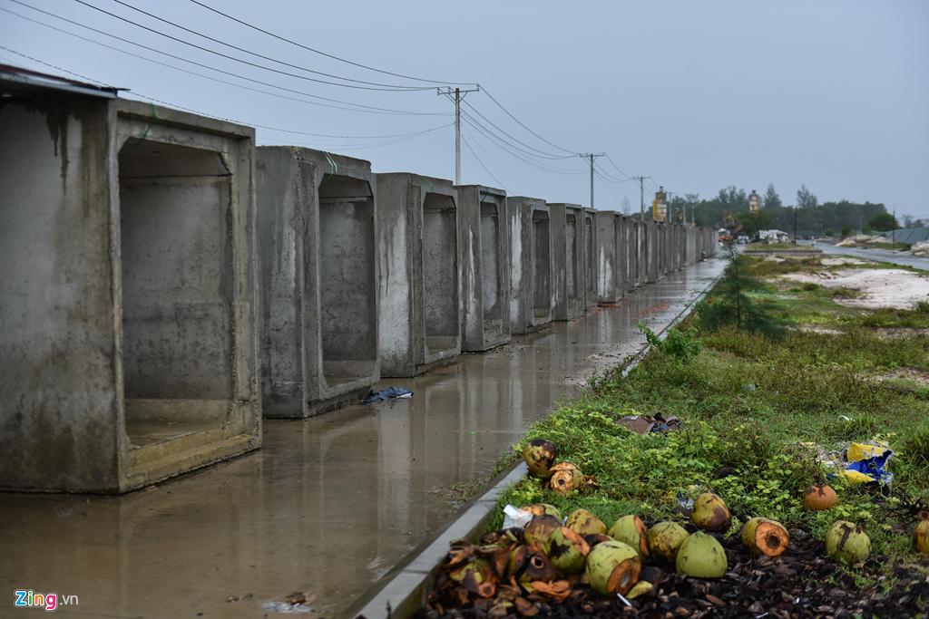 Nhiều dự án nhà ở đã xây dựng xong nhưng hệ thống thoát nước chưa được đầu tư khiến Phú Quốc chìm trong biển nước.