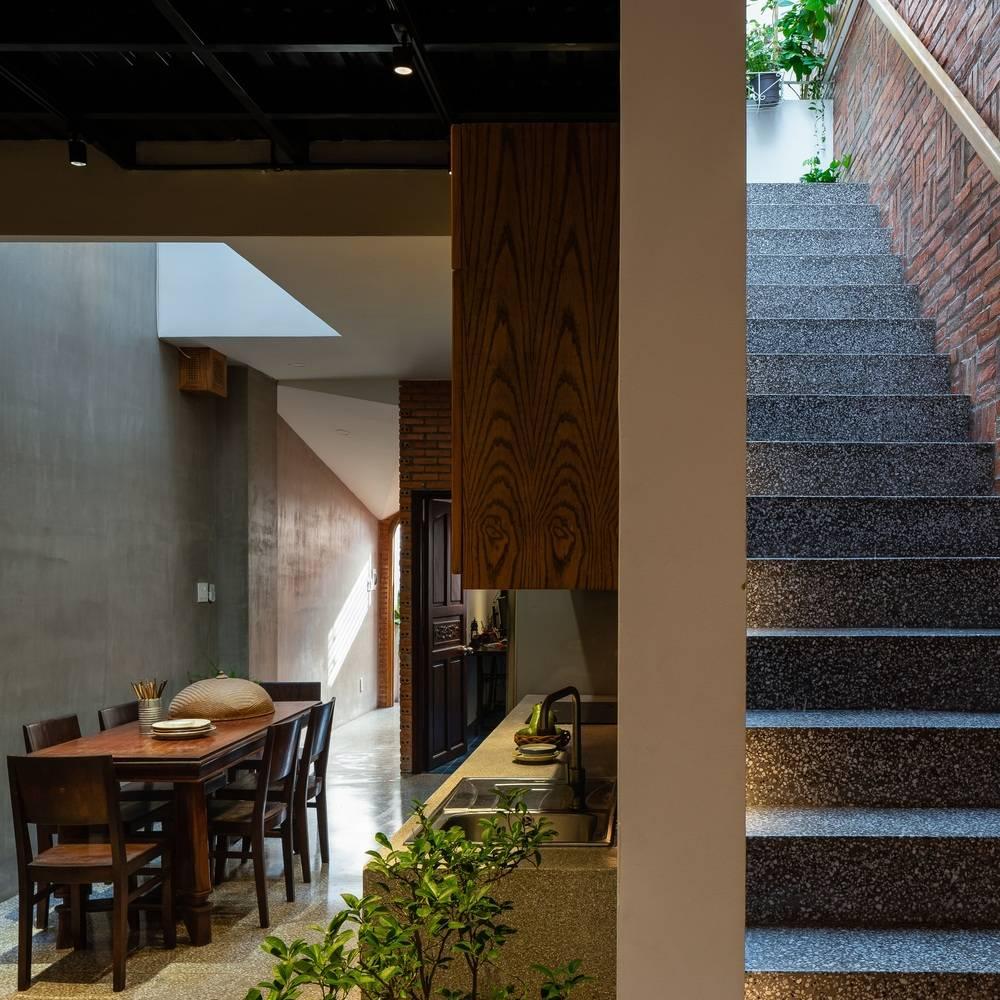 Khu vực bếp nấu và bàn ăn nổi bật với những vật dụng mang đậm truyền thống Việt