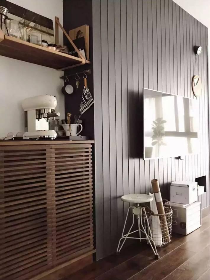 Phía trên tủ đựng đồ là các giá treo, máy pha cà phê - nơi anh chủ nhà có thể thưởng thức nhiều loại thức uống theo sở thích