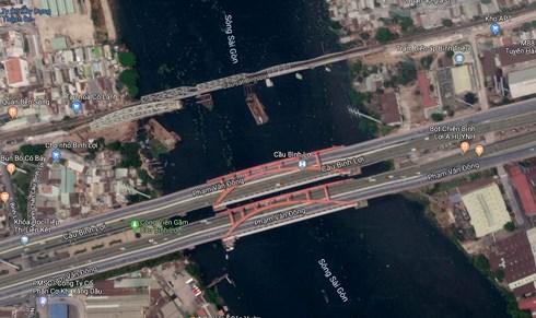 Từ trên xuống: Cầu sắt Bình Lợi cũ  và cầu mới đang xây dựng cùng cầu đường bộ Bình Lợi mới. (Ảnh: Google maps)