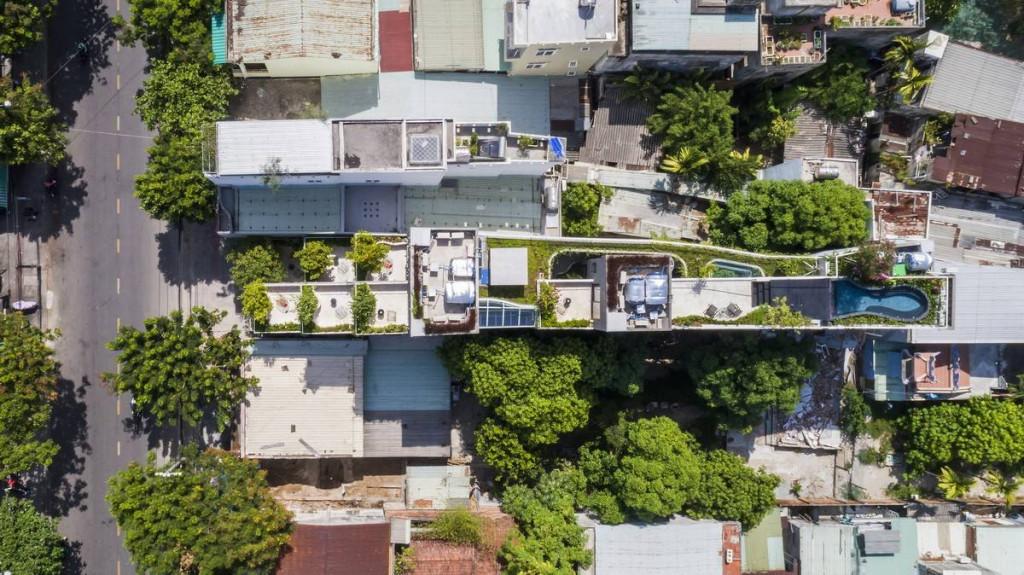 Nhìn từ trên cao bạn dễ dàng nhận thấy công trình sở hữu khu vườn và hồ nước như những thiết kế biệt thự nhà vườn nơi thôn quê