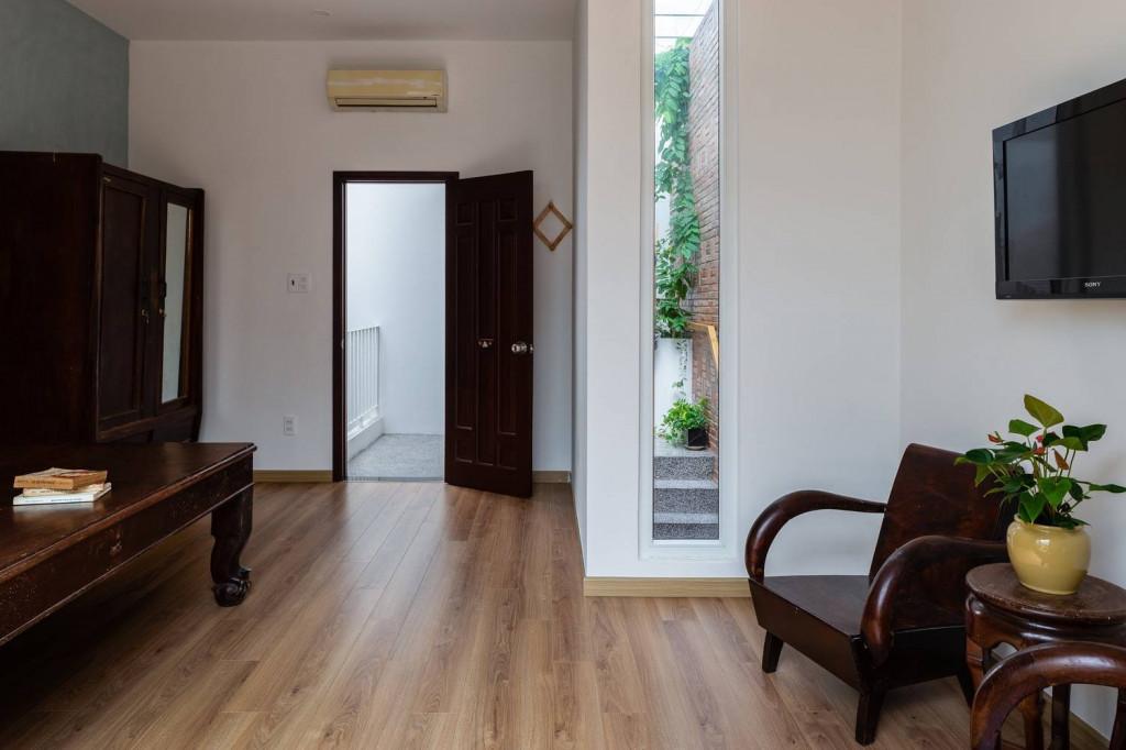 Từ không gian nghỉ ngơi trên tầng 2 bạn dễ dàng di chuyển ra hàng lang xanh mướt