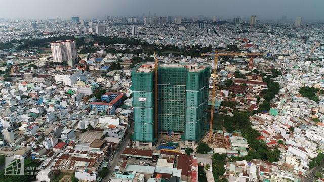 Thực tế những căn hộ hoàn thiện có mức giá trên dưới 2 tỉ đồng/căn, gần khu trung tâm TP không còn nhiều. Hình ảnh một dự án tại Q.Tân Phú đang chào bán mức giá 30 triệu đồng/m2 cho căn hoàn thiện nội thất. Ảnh: Hạ Vy