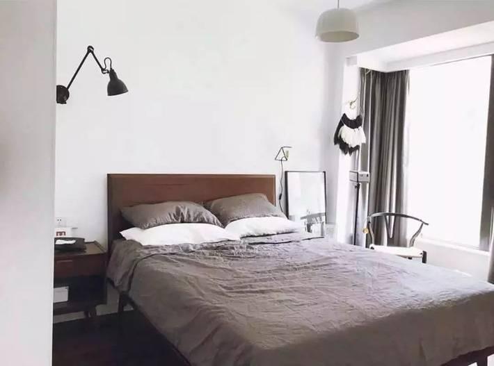 Không gian phòng ngủ đơn giản, màu ga gối cùng màu xám với màu rèm cửa