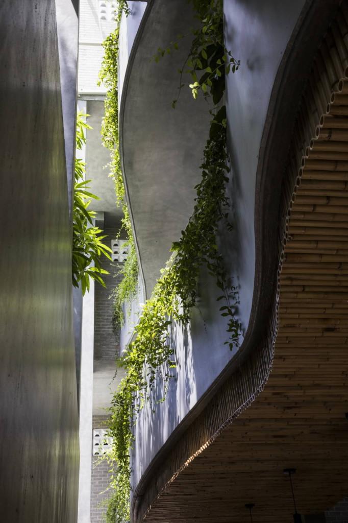 Không gian bên trong được thiết kế uốn lượn, mềm mại như những thửa ruộng bậc thang ở vùng núi phía Bắc
