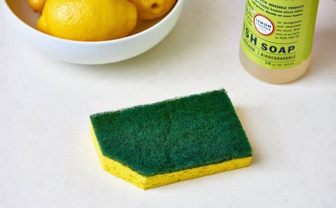Ngoài ra, để loại bỏ các vết bẩn lâu ngày bạn có thể dùng miếng bọt rửa chén có thấm dung dịch xà phòng pha loãng, chà nhẹ nhàng lên các vết bẩn.