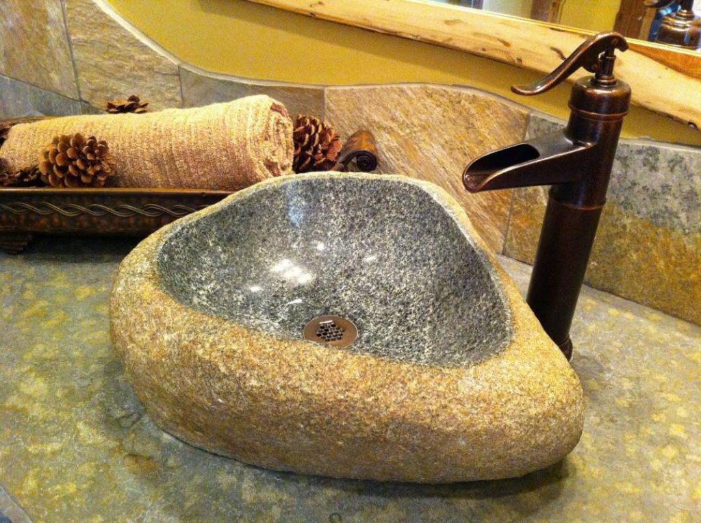 Sau khi đã chà sạch các vết bẩn trên thành bồn bạn chỉ cần rửa sạch lại với nước là xong