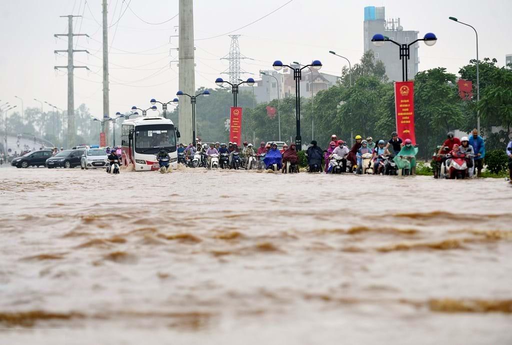 """Ngập lụt chủ yếu tại """"ông trời hại con người""""? Ảnh: Zing"""