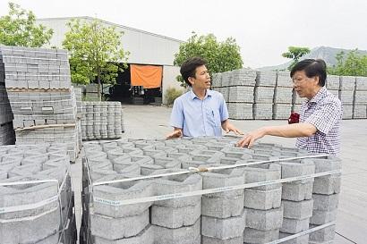 Đưa tro bay vào phối trộn được xem là bước tiến lớn cải thiện chất lượng chống thấm của gạch