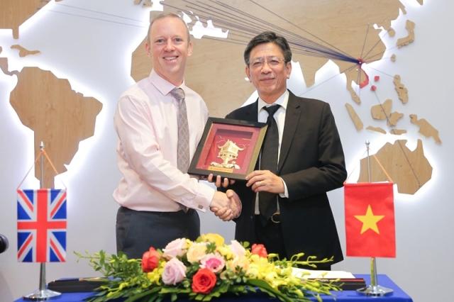 PGS.TS Phạm Duy Hòa – Hiệu trưởng Trường ĐHXD trao quà lưu niệm cho ông Gareth Ward - Đại sứ Vương quốc Anh tại Việt Nam