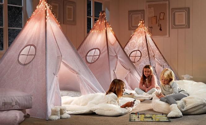 Phòng ngủ được thiết kế có hình những chiếc lều có đèn ngủ ở bên trong, mang cảm giác ấm áp cho trẻ.