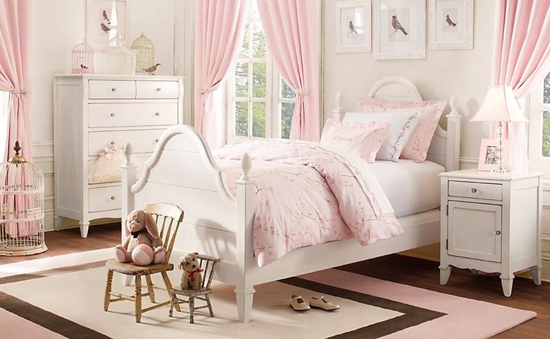 Giường, tủ có ngăn kéo được thiết kế theo kiểu mẫu cổ điển nhưng lại khiến trẻ nhỏ thích thú vì tất cả đều được phủ lên một mầu sắc trắng, hồng. Cả không gian căn phòng cũng trở nên sáng sủa, hấp dẫn với trẻ.