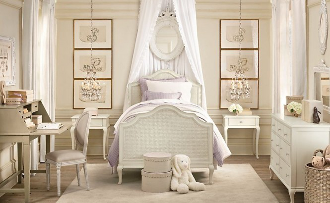 Ấn tượng khi trẻ bước vào phòng là chiếc gương hình bầu dục và những bức tranh được treo trên tường.