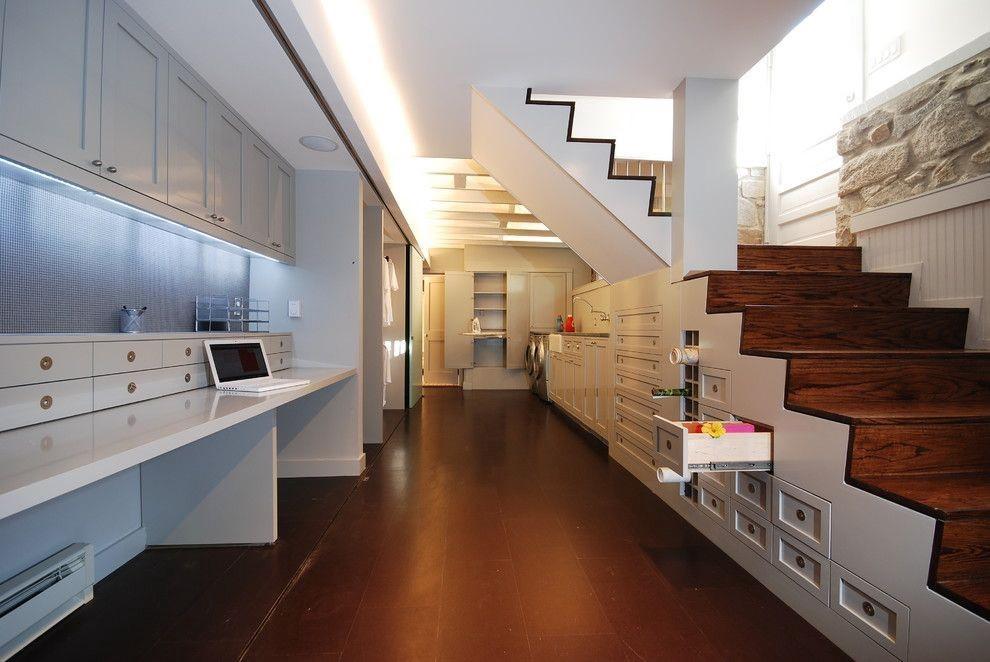 """Ngoài ra, bạn cũng có thể biến """"góc chết"""" cầm gầu thang thành không gian để trưng bày đồ vật. Việc trang trí gầm cầu thang ở phòng khách không chỉ tiết kiệm diện tích mà còn mang đến vẻ đẹp cho ngôi nhà của bạn."""