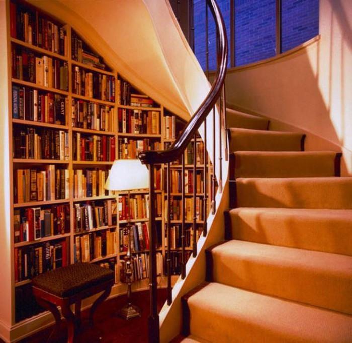 """Trên thực tế, bạn hoàn toàn có thể nghĩ đến việc đóng một chiếc kệ vừa khít với gầm cầu thang rồi biến nó thành """"thư viện sách mini"""" của riêng mình."""