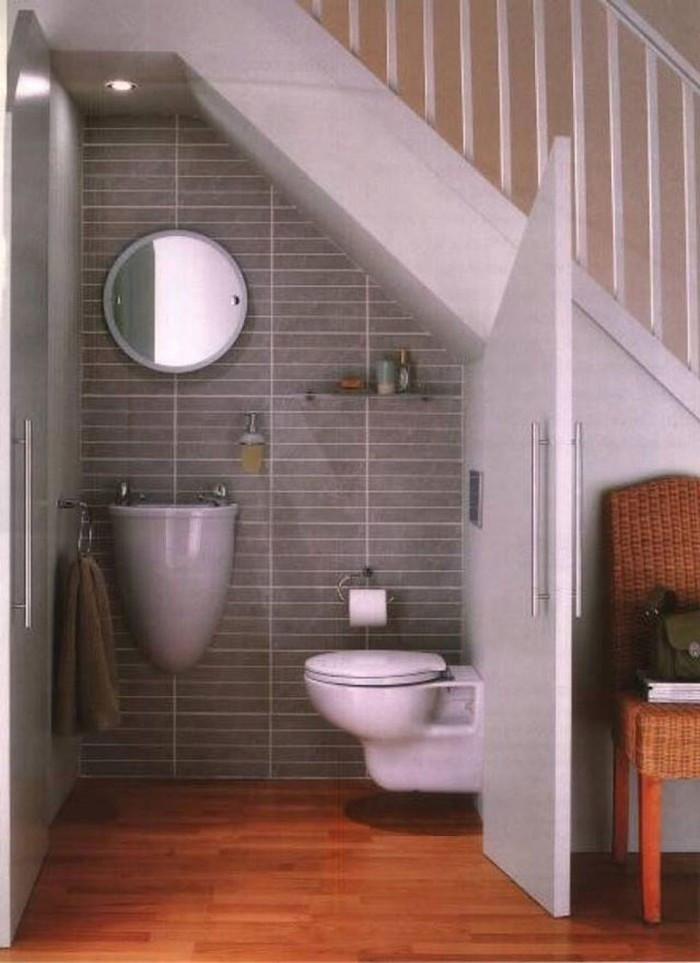 """Khoảng trống dưới gầm cầu thang có thể dễ dàng được """"hô biến"""" thành nhà vệ sinh kín đáo"""