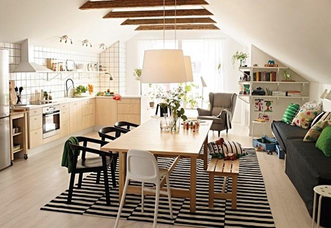 Bàn ăn, tủ bếp và sàn nhà được làm bằng gỗ có vân màu vàng sáng góp phần bừng sáng cho căn phòng