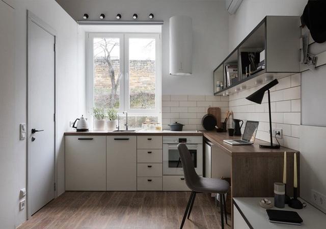 Bàn bếp và bàn học được bố trí theo hình chữ L. Đồng thời, gia chủ có thể biến bàn làm việc thành bàn ăn khi có nhu cầu.