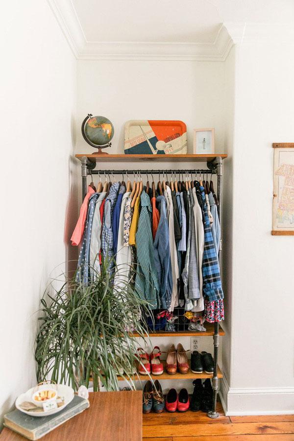 Một góc phòng nhỏ có thể được tiết kiệm để lưu trữ quần áo nhờ thiết kế tủ mở nhẹ nhàng và gọn gàng này
