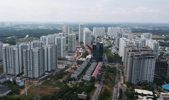 Các cao ốc bên đường Nguyễn Hữu Thọ, huyện Nhà Bè. Ảnh: CAO THĂNG