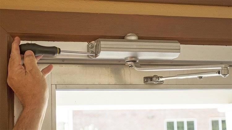 Với loại lắp ở bề mặt cửa, việc sửa chữa và bảo dưỡng khá đơn giản