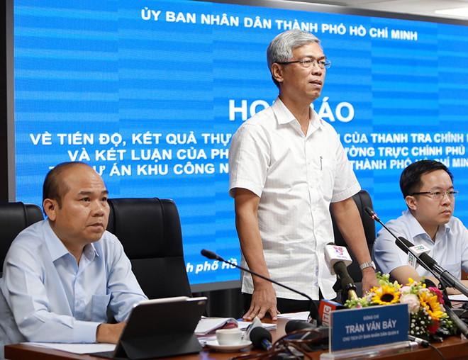Phó chủ tịch UBND TP.HCM Võ Văn Hoan (giữa) chủ trì buổi họp báo công bố thông tin