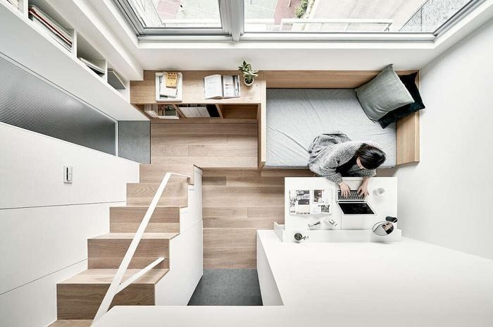 Căn hộ nhỏ với sàn gỗ và nhiều nội thất bằng gỗ tạo nên cảm giác ấm cúng.
