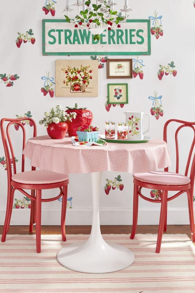 Bạn hãy mang vẻ đẹp tươi mát của các loại trái cây và rau quả yêu thích của bạn vào nhà bếp thông qua giấy dán tường đồ họa. Giấy dán tường họa tiết dâu tây này mang lại màu sắc vui nhộn chỉ với một chút hoài niệm.