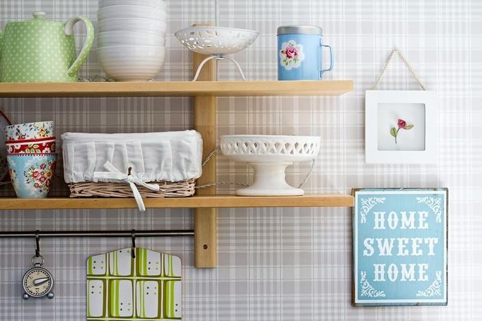 Giấy dán tường sọc xám trắng thật đơn giản nhẹ nhàng nhưng rất đẹp. Các sọc kẻ tạo nên không gian tuyệt đẹp cho phòng bếp.