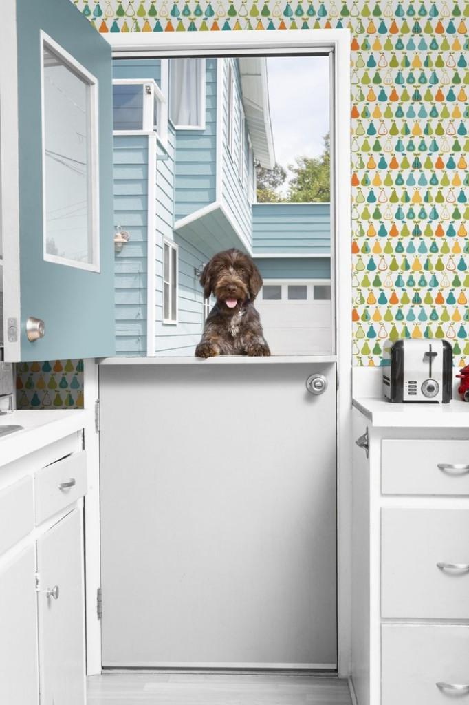Làm cho nhà bếp của bạn trở thành nơi hạnh phúc nhất trong nhà với một mẫu giấy dán tường đồ họa. Giấy dán tường đầy màu sắc sẽ có tác động mạnh mẽ hơn nữa khi kết hợp với tủ và nội thất khác có màu trắng.