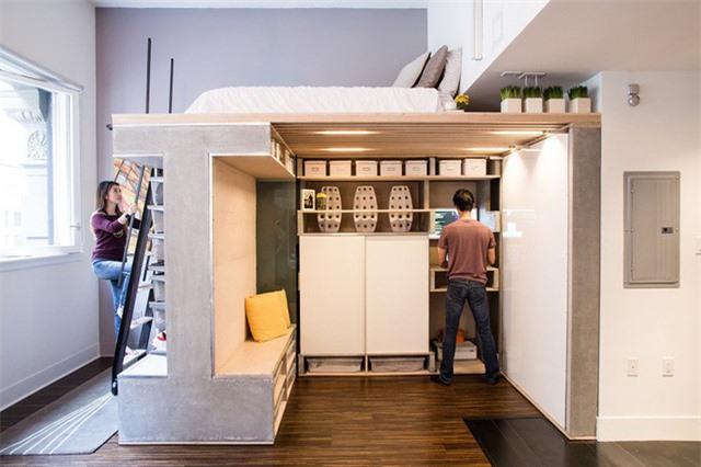 Giường ngủ trên cao có lẽ là giải pháp được nhiều người lựa chọn để tiết kiệm không gian phòng ngủ vốn đã nhỏ bé của mình. Phía dưới không gian trống, mọi người có thể tận dụng để lưu trữ khá nhiều đồ, tủ và đồ dùng sinh hoạt cần thiết khác.