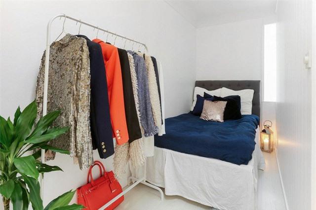 Còn nếu cả diện tích phòng và chiều cao không cho phép thì giải pháp ăn gian diện tích hiệu quả chính là gầm giường và giá treo. Những món đồ của bạn có thể sắp xếp dưới gầm giường và những thứ quan trọng hơn có thể treo trên giá.