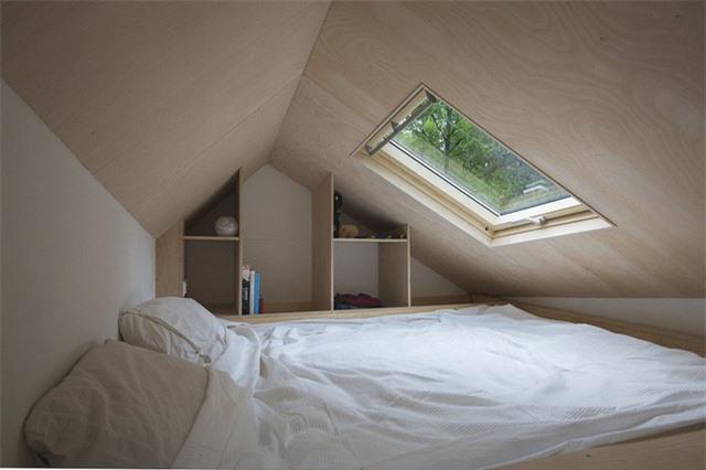 Phòng ngủ của bạn được đặt ở tầng áp mái. Và bạn đang lo lắng phải sử dụng nó như thế nào để có hiệu quả nhất. Hãy tham khảo ngay thiết kế này để có ý tưởng đặt kệ lưu trữ thật thông minh.
