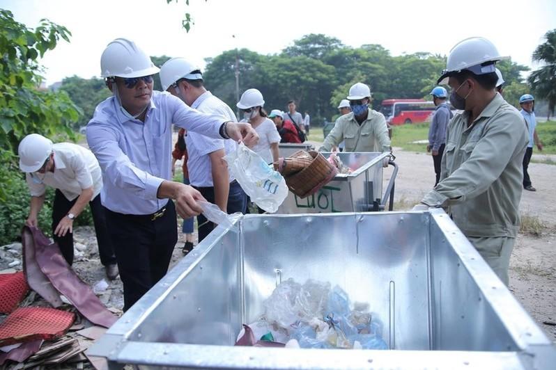 Sau buổi lễ phát động, ban tổ chức và toàn bộ những người tham dự đã tham gia nhặt rác tại Hưng Yên.