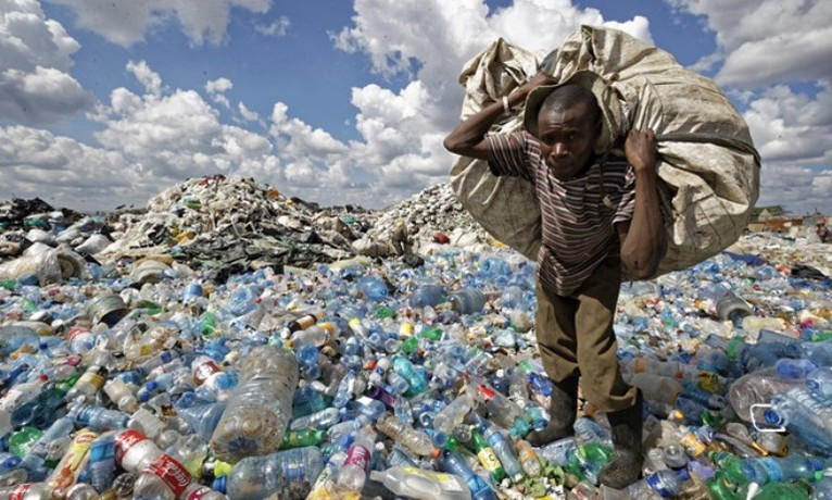 Rác thải nhựa đang trở thành mối nguy hại trên toàn cầu. Ảnh AP.