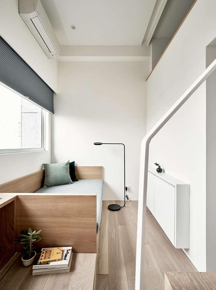 Ngoài ra, nhà thiết kế cũng bố trí một bàn làm việc bên cạnh cửa sổ để chủ nhà có thể làm việc dưới ánh sáng mặt trời tự nhiên. Ghế sofa cũng là một địa điểm lý tưởng để đọc sách vào ban ngày.