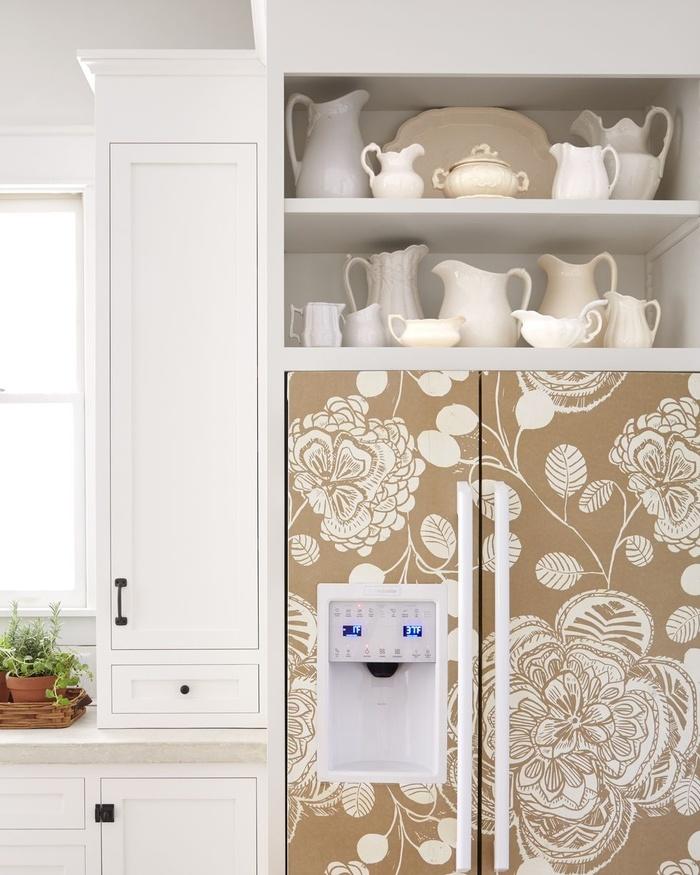 Bạn có thể che cửa tủ lạnh bằng giấy dán tường đẹp. Một chiếc tủ lạnh với những khung hình đẹp mắt sẽ tạo điểm nhấn và mang lại không gian thú vị cho căn bếp.