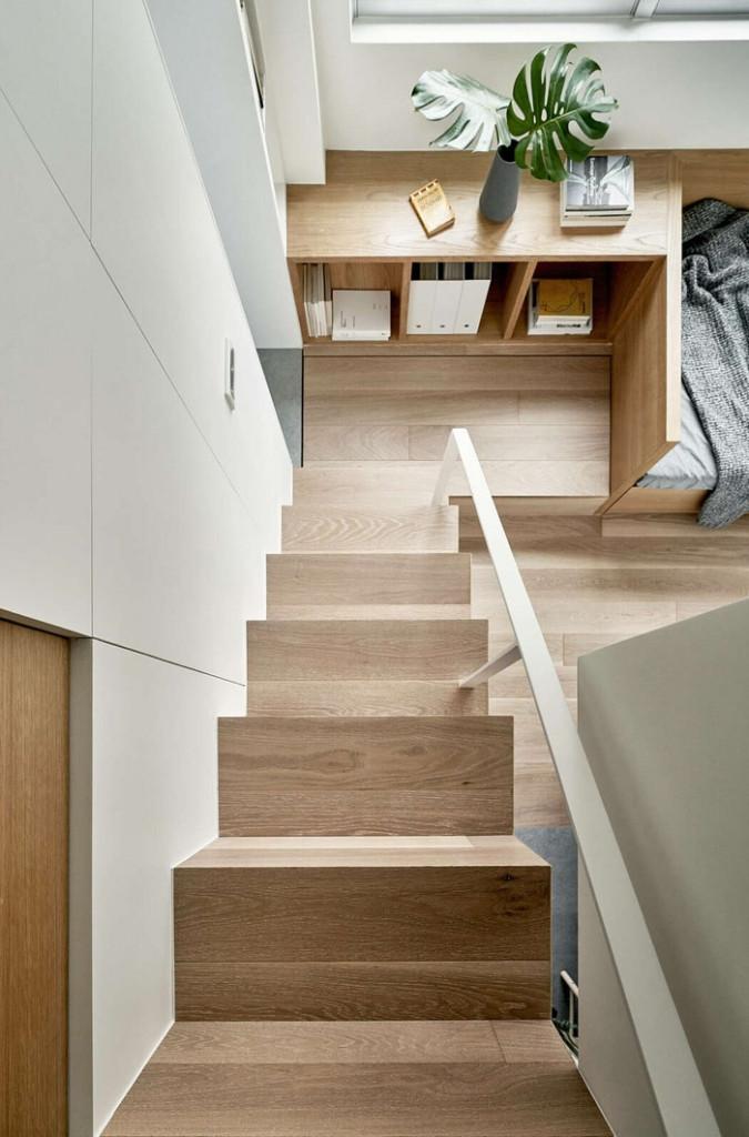 Nhiều ngăn tủ được bố trí gần cầu thang để tạo ra không gian rộng rãi để lưu trữ đồ đạc.