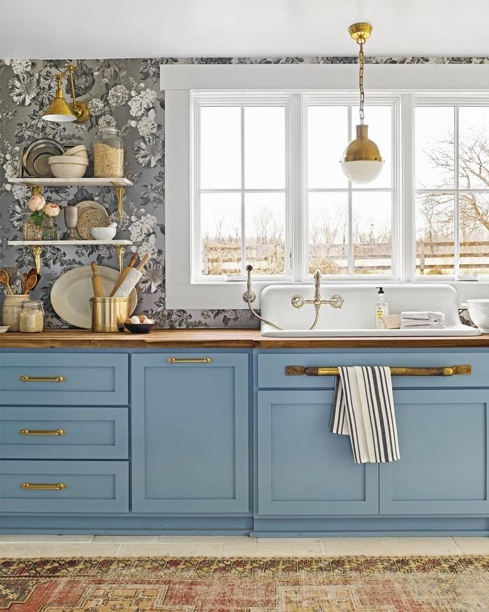Kết hợp với đồ nội thất phòng bếp, bức tường hoa sẽ trở thành điểm nhấn vô cùng nổi bật. Sắc trắng của những bông hoa giúp phòng bếp thêm phần thanh lịch và tinh tế.