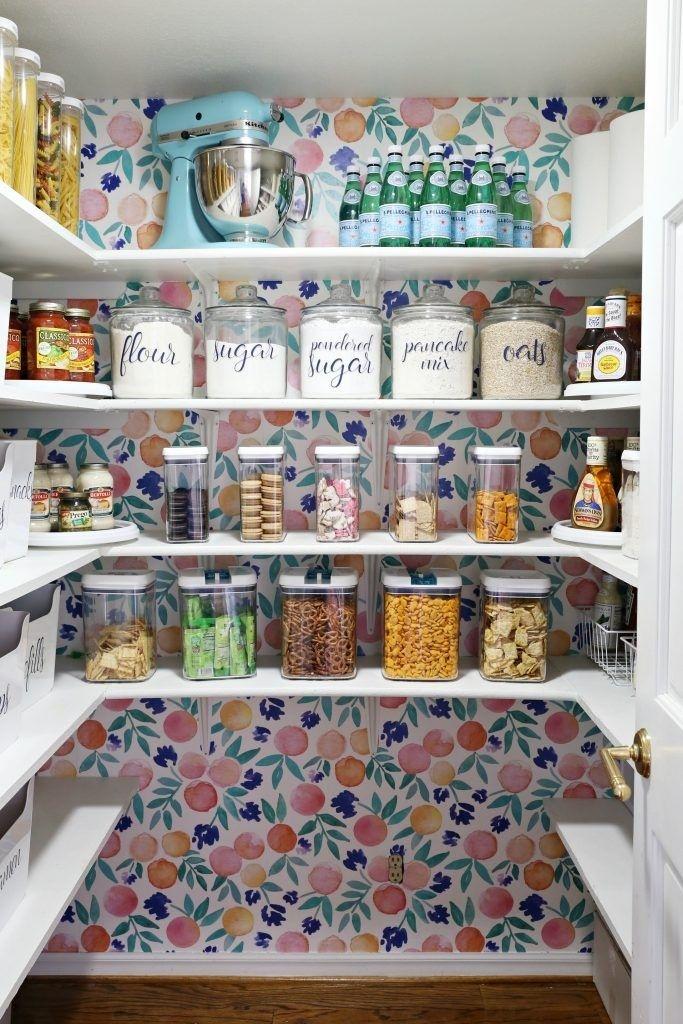 Sử dụng một hình nền đẹp sẽ biến phòng đựng thức ăn trong nhà bếp của bạn thành hộp ngọc bí mật của riêng bạn. Dùng mẫu giấy dán tường họa tiết trái cây tạo điểm nhấn cho căn phòng thêm xinh.