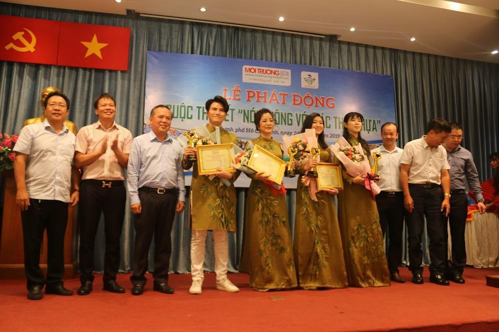 Ban tổ chức trao biểu trưng cho các đại sứ đồng hành với cuộc thi