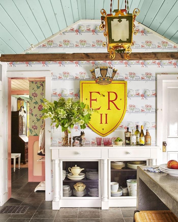 Nếu muốn trang trí phòng bếp theo phong cách tân cổ, bạn hãy dùng giấy dán tường theo phong cách vintage. Khi chọn giấy dán tường phong cách vintage, bạn có thể kết hợp với những nội thất cổ để tạo nên tổng thể hài hòa cho căn phòng.