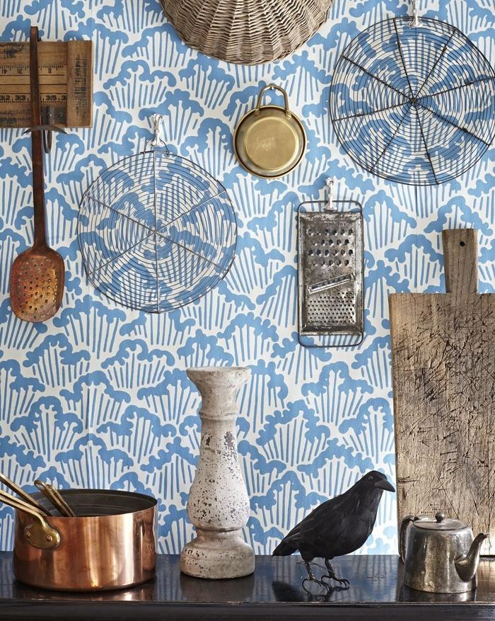 Không có sự kết hợp màu sắc nào được yêu thích hơn màu xanh và trắng đặc biệt là cho nhà bếp. Chọn giấy dán tường màu xanh trắng cho phòng bếp tươi mới và sáng sủa hơn hẳn.