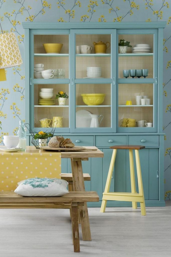 Đây là một trong những cách làm mới nhà bếp bạn không thể bỏ qua. Những chiếc đĩa đầy màu sắc và đồ thủy tinh thực sự sẽ nổi bật hơn khi bạn dùng giấy dán tường nhẹ nhàng, phù hợp với màu của tủ bếp và bàn ghế.