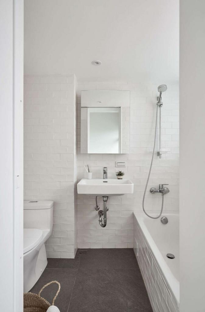 Nhà vệ sinh tuy nhỏ nhưng đầy đủ tiện nghi với gam màu trắng- ghi làm chủ đạo.