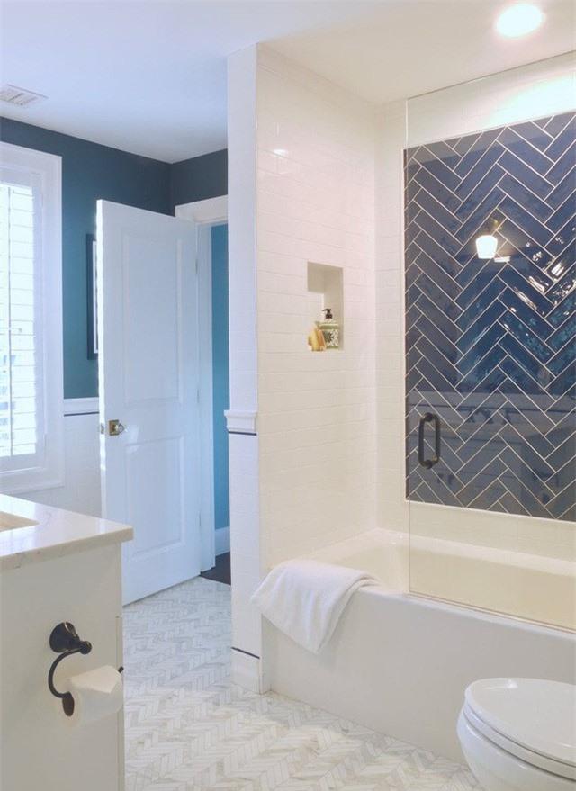 Xanh lam và trắng thường xuyên được sử dụng kết hợp khi thiết kế phòng tắm nhằm mang đến hiệu quả ấn tượng và nét hiện đại cho căn phòng