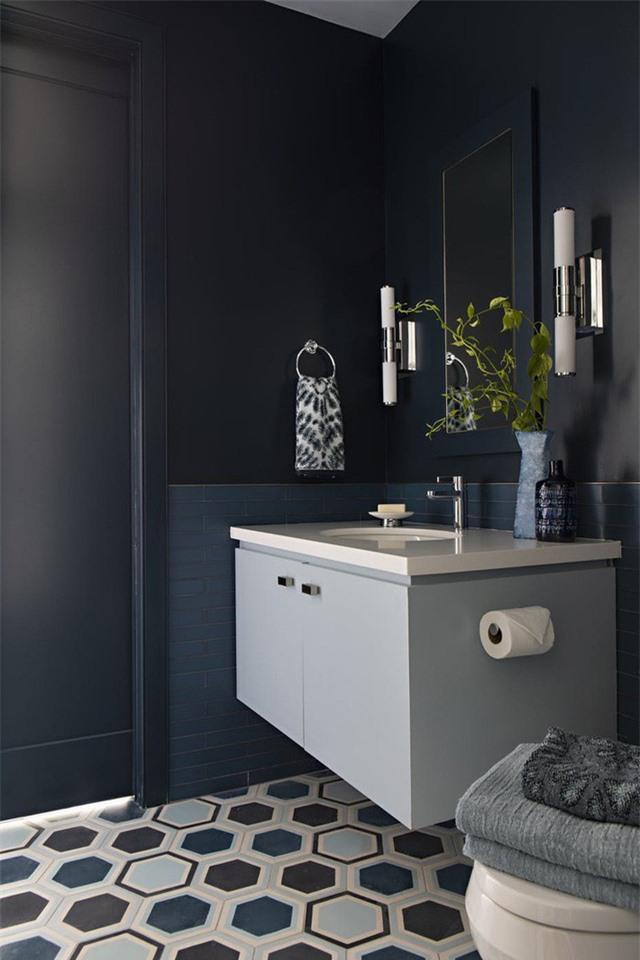 Căn phòng tắm đầy ấn tượng, mạnh mẽ với lựa chọn sử dụng gam xanh lam sẫm