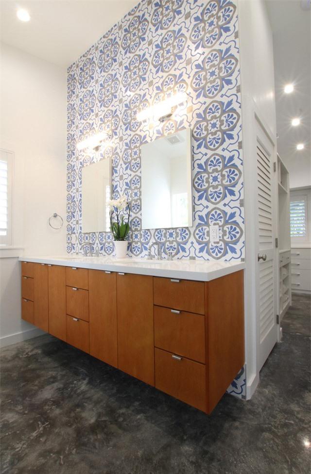 Sử dụng họa tiết là một cách hay để căn phòng tắm gia đình trông sinh động, đầy sức sống