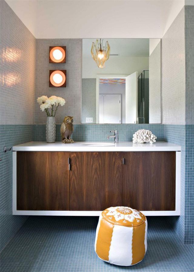 Có thể nói, xanh lam và trắng là 2 gam màu phổ biến nhất được các gia đình lựa chọn cho phòng tắm